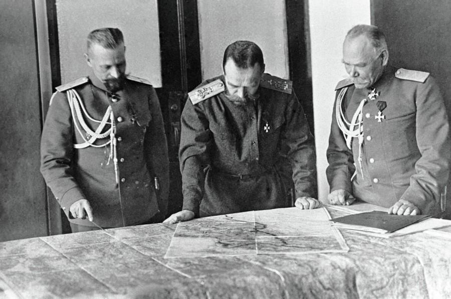 Фото Николая II, который руководит сражениями Первой Мировой Войны