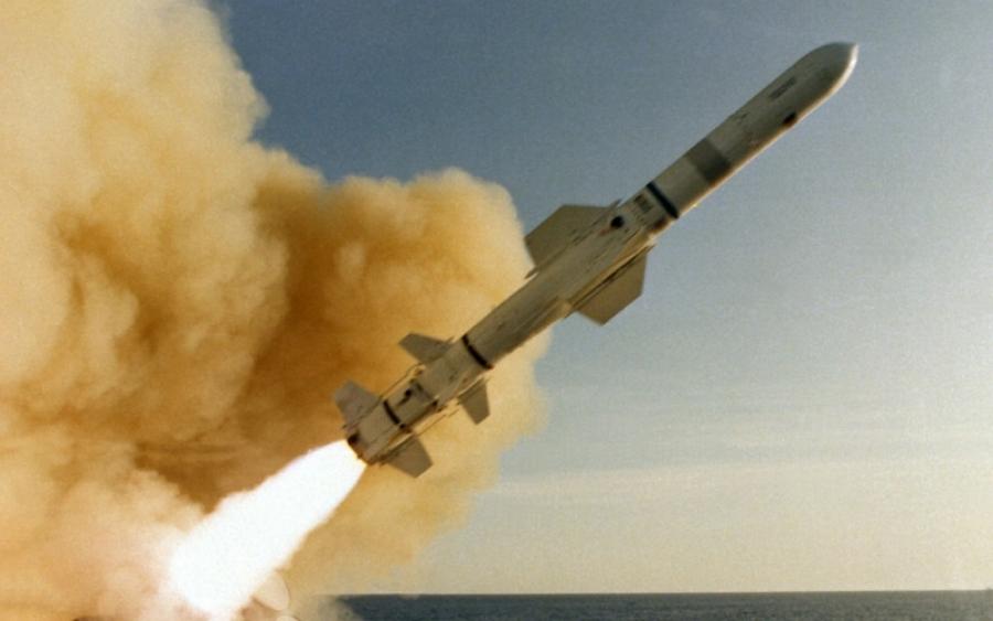 США наносит ракетный удар по авиабазе в Сирии