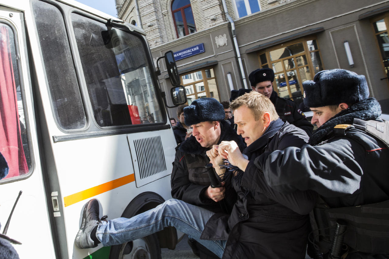Навальный растопырился перед автозаком