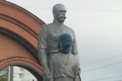 Памятник Николаю II в Новосибирске - нападение